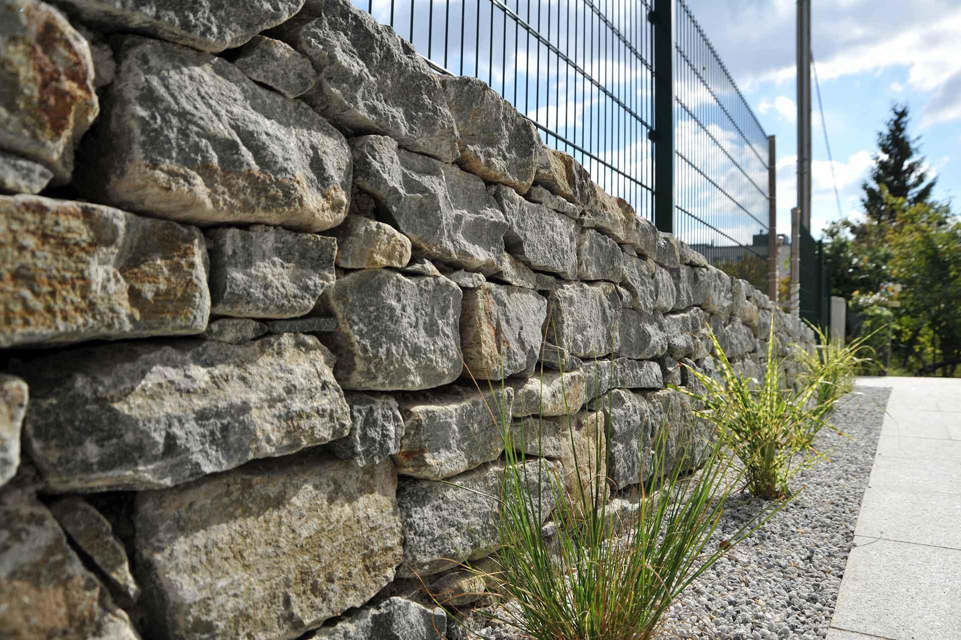 Natursteinmauer händisch verlegt, Gartengestaltung, Trockensteinmauer