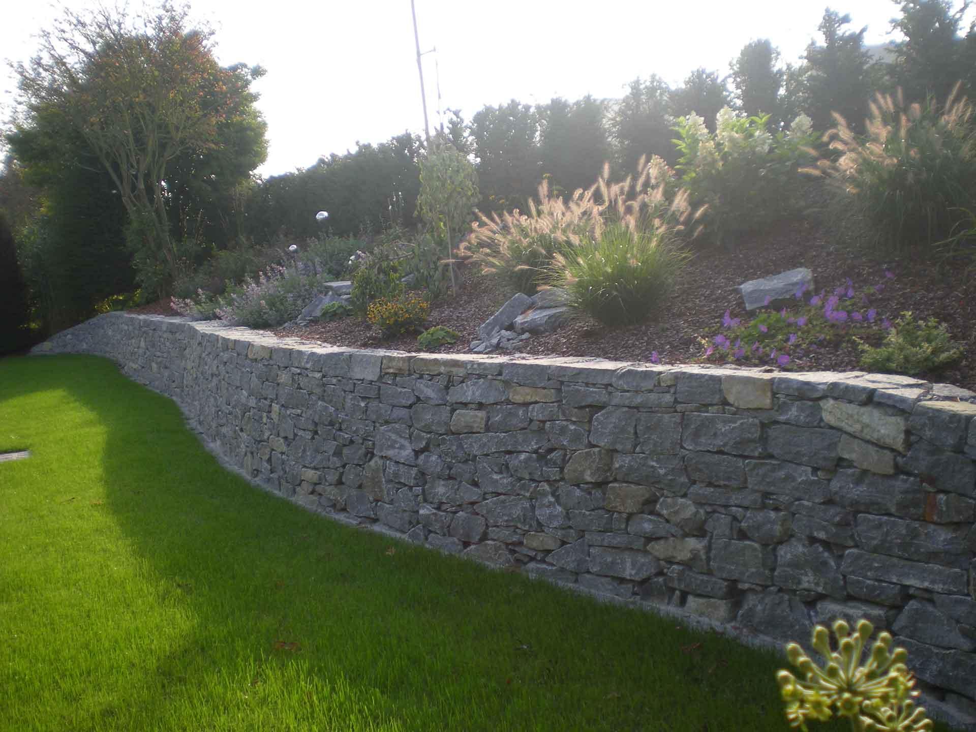 Natursteinmauer händisch verlegt, Gartengestaltung, Trockensteinmauer per Hand verlegt mit Beton