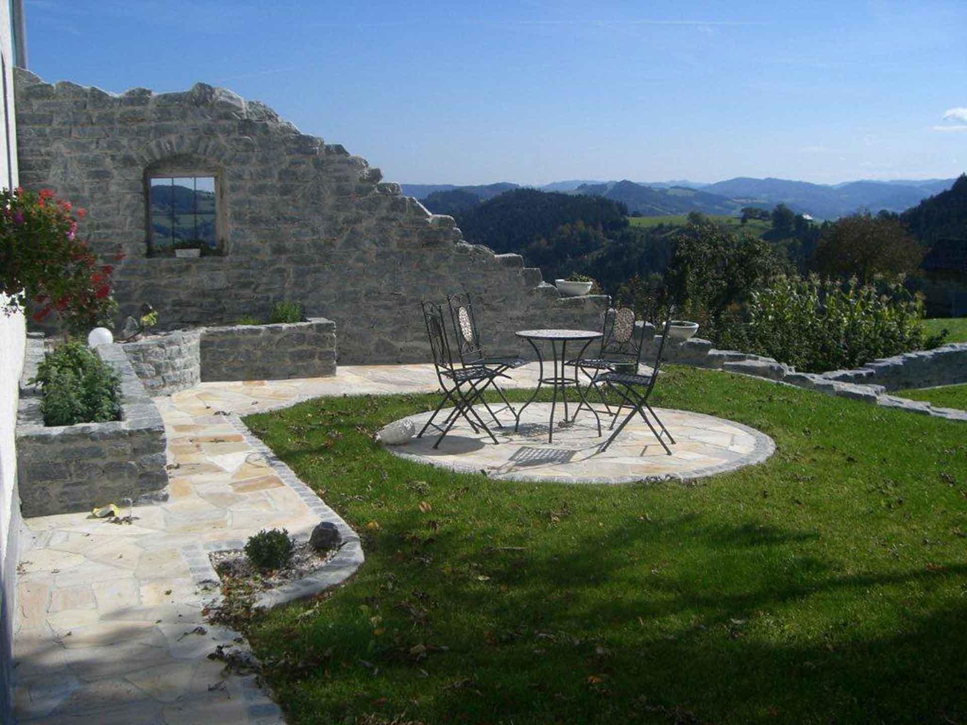 Gartengestaltung, Pflasterung, Wachauer Marmor, händisch in Beton verlegt