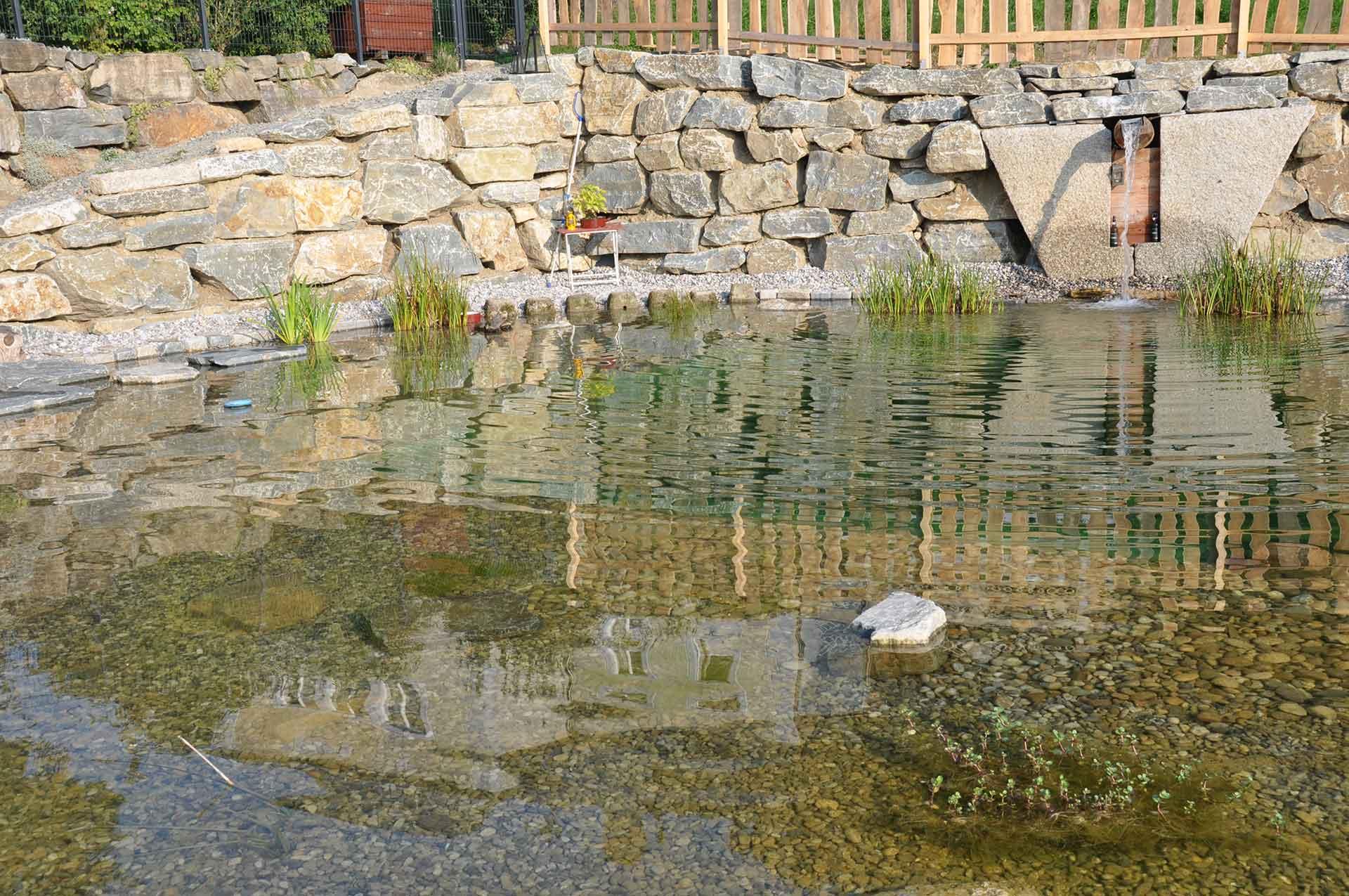 Hangsicherung, Natursteinmauer mit Bagger verlegt, Gartengestaltung, Teich, Naturteich, Schwimmteich