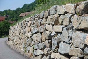 Hangsicherung, Natursteinmauer mit Bagger verlegt