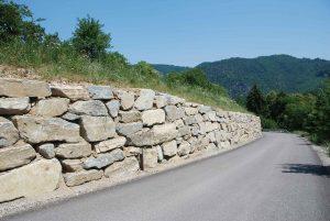 Hangsicherung, Natursteinmauer mit Bagger verlegt,