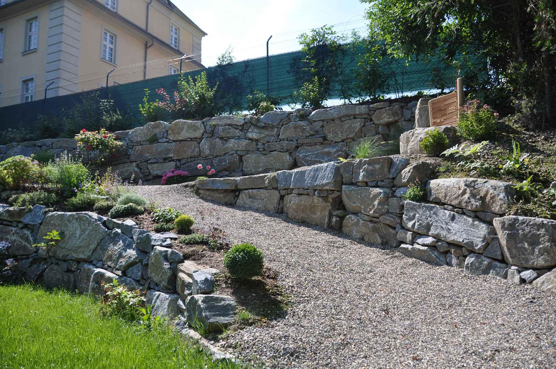 Hangsicherung, Natursteinmauer mit Bagger verlegt, Gartengestaltung