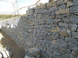 Trockensteinmauer als Hangsicherung, Steinschlichtung