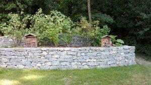 Natursteinmauer händisch verlegt, Gartengestaltung, Natur im Garten, Nützlingshotel