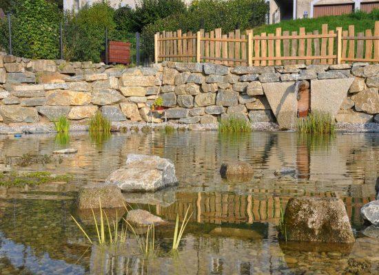 baggerverlegte Natursteinmauer, Teichgestaltung